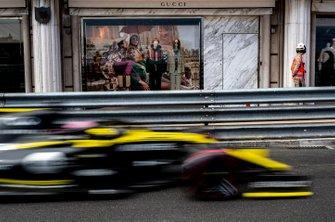Daniel Ricciardo, Renault R.S.19, passant devant une boutique Gucci