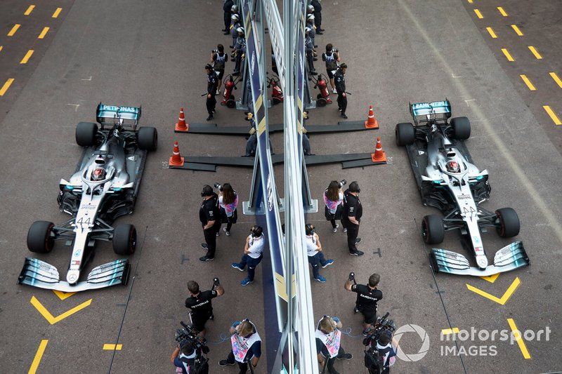 Lewis Hamilton, Mercedes AMG F1 W10, nella pit lane