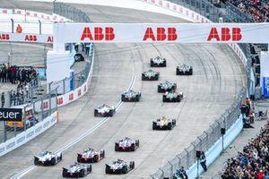 The start with Sébastien Buemi, Nissan e.Dams, Nissan IMO1, leading Stoffel Vandoorne, HWA Racelab, VFE-05, Lucas Di Grassi, Audi Sport ABT Schaeffler, Audi e-tron FE05, Gary Paffett, HWA Racelab, VFE-05, Daniel Abt, Audi Sport ABT Schaeffler, Audi e-tron FE05, Alex Lynn, Panasonic Jaguar Racing, Jaguar I-Type 3, Antonio Felix da Costa, BMW I Andretti Motorsports, BMW iFE.18, Jean-Eric Vergne, DS TECHEETAH, DS E-Tense FE19, Pascal Wehrlein, Mahindra Racing, M5 Electro, Jérôme d'Ambrosio, Mahindra Racing, M5 Electro, Alexander Sims, BMW I Andretti Motorsports, BMW iFE.18, Oliver Rowland, Nissan e.Dams, Nissan IMO1, Sam Bird, Envision Virgin Racing, Audi e-tron FE05