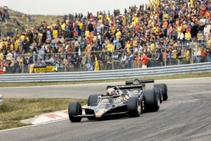 Mario Andretti, Lotus 79 Ford devant Ronnie Peterson, Lotus 79