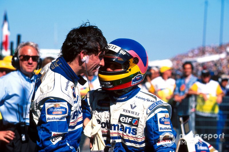Jacques Villeneuve, Williams felicita al ganador de la carrera Damon Hill, Williams y Charlie Whiting, delegado oficial de la FIA