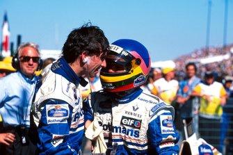 Жак Вильнев и победитель гонки Дэймон Хилл, Williams, а также Чарли Уайтинг, официальный делегат FIA