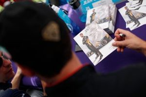 Jean-Eric Vergne, DS Techeetah firma autografi ai fan
