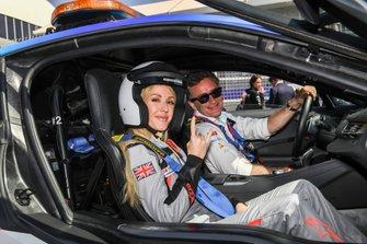 Zangeres Ellie Goulding met Alejandro Agag, voorzitter Formule E in de BMW i8 Safety car