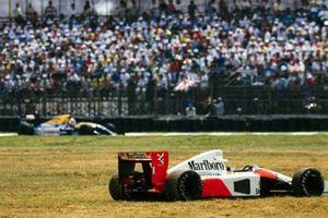 La McLaren MP4-6B Honda abandonnée d'Ayrton Senna. alors que Nigel Mansell, Williams FW14B Renault, est sur la piste