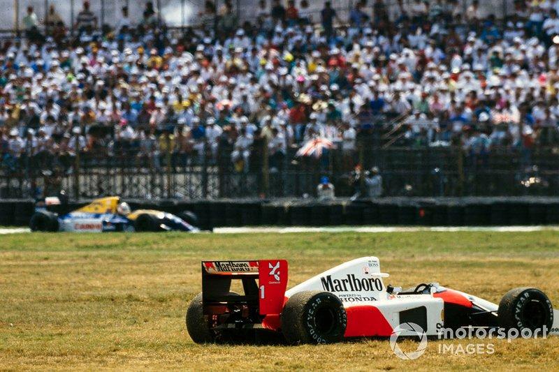 El McLaren MP4-6B Honda de Ayrton Senna abandona, mientras Nigel Mansell, Williams FW14B Renault, está en la pista