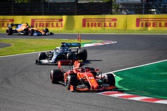 Charles Leclerc, Ferrari SF90, precede Lewis Hamilton, Mercedes AMG F1 W10, e Carlos Sainz Jr., McLaren MCL34