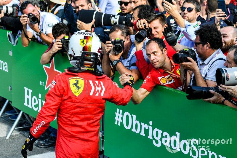 Sebastian Vettel, Ferrari, se felicita con el equipo