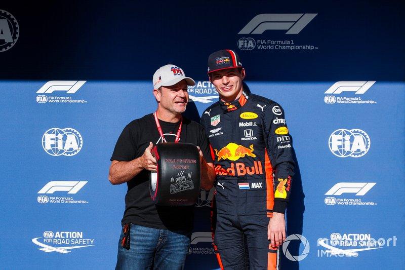 Le poleman Max Verstappen, Red Bull Racing, reçoit le trophée de la pole position des mains de Rubens Barrichello