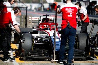 Kimi Raikkonen, Alfa Romeo Racing C39 siendo empujado por los mecánicos en el pit lane