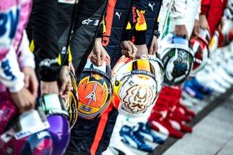 Los cascos de los pilotos durante la foto de familia en Barcelona
