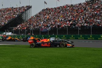 Max Verstappen, Red Bull Racing RB15, runs wide at the start