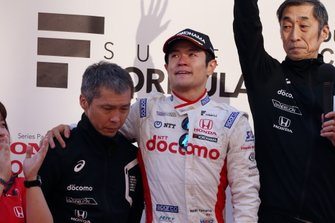 Naoki Yamamoto, DOCOMO TEAM DANDELION RACING, y el representante del equipo Kiyoshi Muraoka
