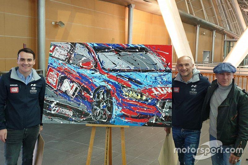 """Norbert Michelisz, Gabriele Tarquini, BRC Racing Team, con l'artista Fabrizio """"Knulp"""" De Nicolò"""