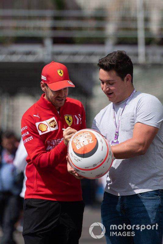 Sebastian Vettel, Ferrari, firma un autografo a un tifoso