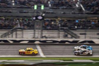 Joey Logano, Equipo Penske, Ford Mustang Shell Pennzoil gana el Duelo 1 por delante de Aric Almirola, Stewart-Haas Racing, Ford Mustang Smithfield y Ryan Newman, Roush Fenway Racing, Ford Mustang Koch Industries