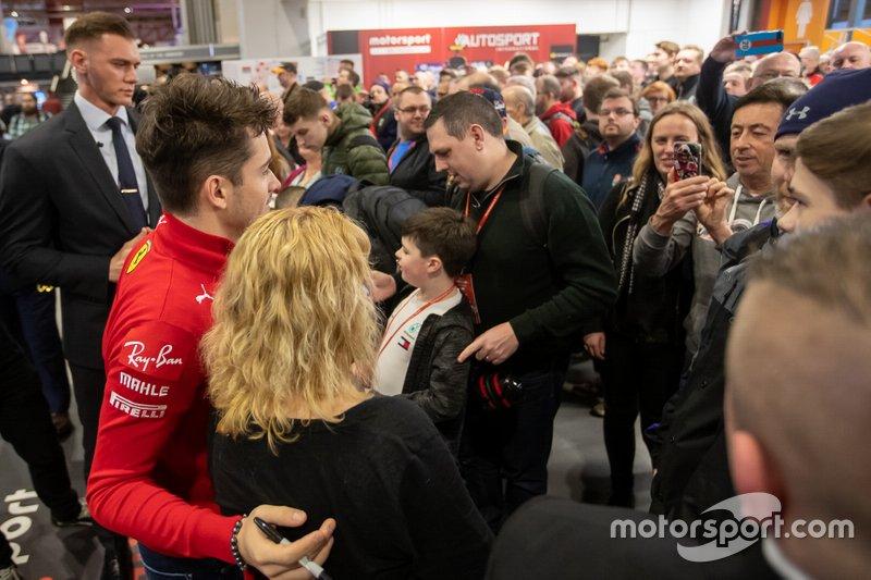 Charles Leclerc, Ferrari firma gli autografi