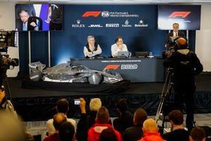 Ross Brawn, Managing Director of Motorsports, FOM, Chase Carey, voorzitter Formule 1 en Nikolaz Tombazi presenteren de F1-regels voor 2021