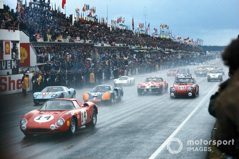 #14 North American Racing Team, Ferrari 250LM: Masten Gregory, Charlie Kolb en la salida