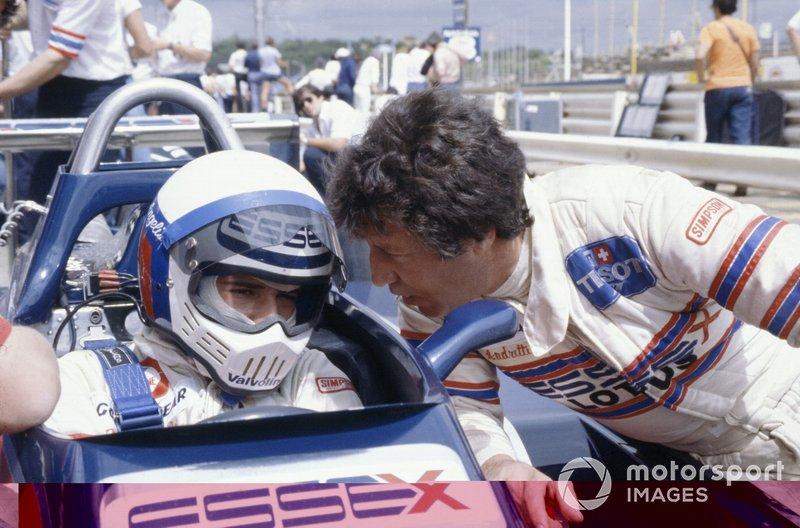 Elio de Angelis, en el Lotus 81-Ford Cosworth de 1980, con el famoso casco modelo Bandit de la marca Simpson. Al lado su compañero de equipo Mario Andretti con el nomex Simpson.