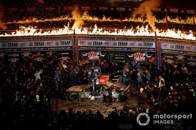 Race winner Kevin Harvick, Stewart-Haas Racing, Ford Mustang Busch Beer / Ducks Unlimited