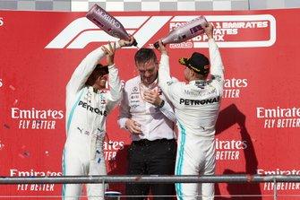 El campeón del mundo Lewis Hamilton, Mercedes AMG F1, celebra en el podio con Valtteri Bottas, Mercedes AMG F1 y James Allison, Director Técnico, Mercedes AMG