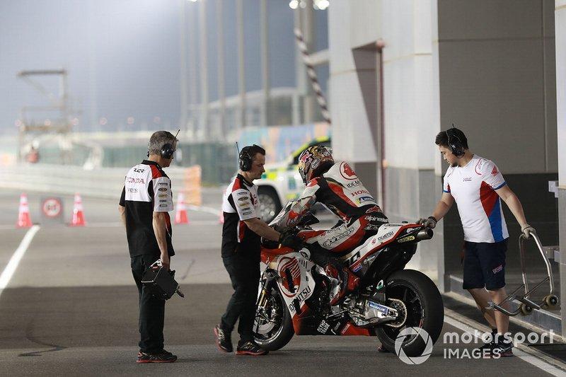 La mayor parte de miembros de nacionalidad japonesa que trabajan en el Mundial de MotoGP se tuvieron que quedar en Qatar desde los test hasta el final del primer gran premio del año, que se esperaba el 8 de marzo