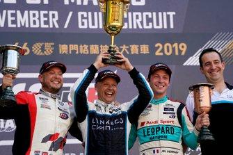 Подиум: победитель Энди Приоль, Cyan Performance Lynk & Co, второе место – Роб Хафф, SLR Volkswagen, третье место – Жан-Карл Вернэ, Leopard Racing Team Audi Sport