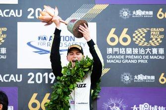 Подиум: обладатель третьего места Логан Сарджент, Carlin Buzz Racing