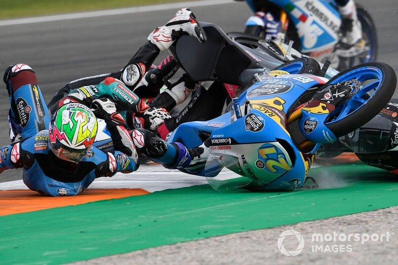 Завал на гонке Moto3 в Валенсии