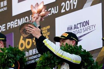 Podio: terzo classificato Logan Sargeant, Carlin Buzz Racing