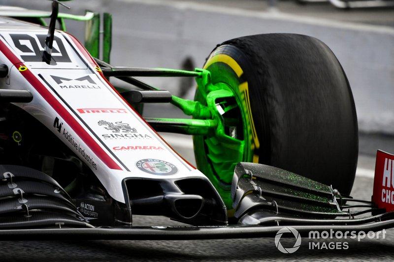 De la peinture aéro sur la voiture d'Antonio Giovinazzi, Alfa Romeo Racing C39