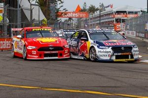 Start der Supercars 2019 in Newcastle: Shane van Gisbergen, Triple Eight Race Engineering Holden, Scott McLaughlin, DJR Team Penske Ford