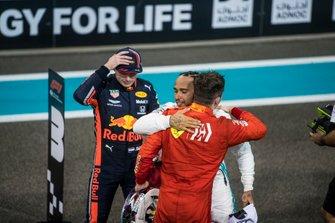 Charles Leclerc, Ferrari, terzo classificato, si congratula con Lewis Hamilton, Mercedes AMG F1, primo classsificato, dopo la gara