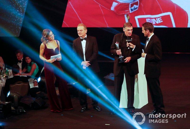 Dick Bennetts recibe el premio Gregor Grant en el escenario