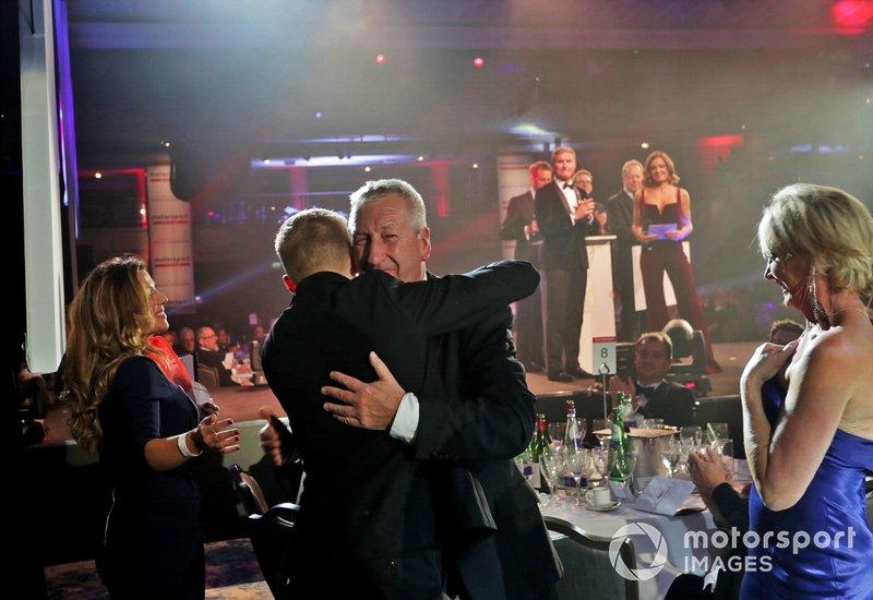 El ganador del Premio al Piloto Joven de Aston Martin Autosport BRDC, Johnathan Hoggard, celebra con amigos y familiares al ser anunciado