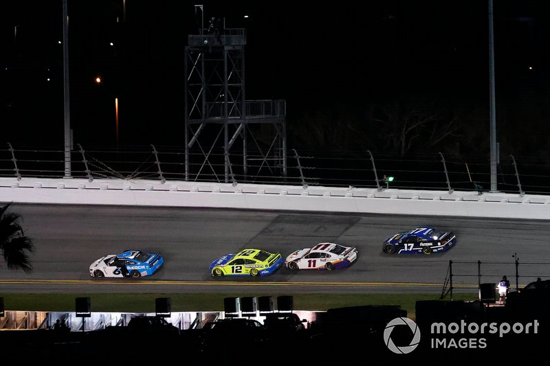 Ryan Newman, Roush Fenway Racing, Ford Mustang Koch Industries, Denny Hamlin, Joe Gibbs Racing, Toyota Camry FedEx Express, Ryan Blaney, Team Penske, Ford Mustang Menards / Peak, última vuelta