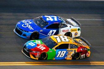 Kyle Busch, Joe Gibbs Racing, Toyota Camry M&M's, Ricky Stenhouse Jr., JTG Daugherty Racing, Chevrolet Camaro Kroger