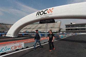 Fredrik Johnsson y Tom Kristensen pasean por la pista