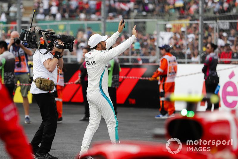 Lewis Hamilton, Mercedes AMG F1, celebra en el Parc Ferme luego de asegurar su quinto campeonato mundial de pilotos