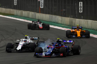 Pierre Gasly, Scuderia Toro Rosso STR13, leads Sergey Sirotkin, Williams FW41, Stoffel Vandoorne, McLaren MCL33, and Romain Grosjean, Haas F1 Team VF-18