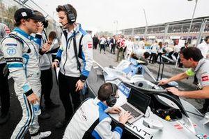 Felipe Massa, Venturi Fórmula E habla con sus ingenieros en la parrilla