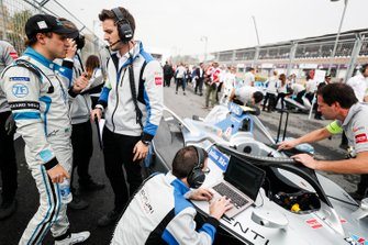 Felipe Massa, Venturi Formula E talks with his engineers on the grid