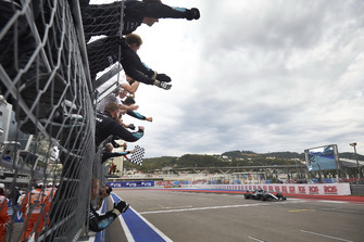 Lewis Hamilton, Mercedes AMG F1, prende la bandiera a scacchi