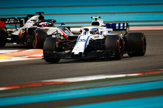Sergey Sirotkin, Williams FW41 leads Romain Grosjean, Haas F1 Team VF-18