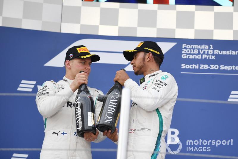 Valtteri Bottas, Mercedes AMG F1 e Lewis Hamilton, Mercedes AMG F1, sul podio, con lo champagne