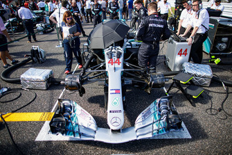 The car of Lewis Hamilton, Mercedes AMG F1 W09 EQ Power+, on the grid with engineers