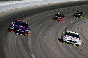 Denny Hamlin, Joe Gibbs Racing, Toyota Camry FedEx Office e Brad Keselowski, Team Penske, Ford Fusion Discount Tire
