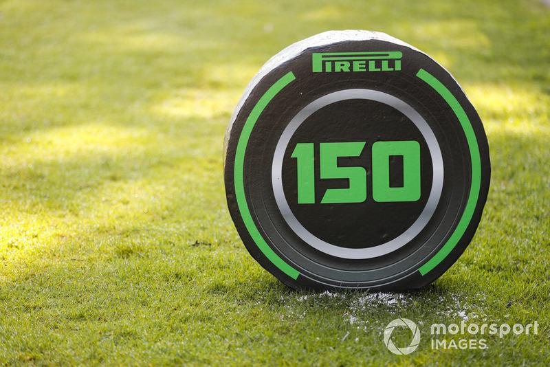 Un marcador de frenado Pirelli de 150 metros.