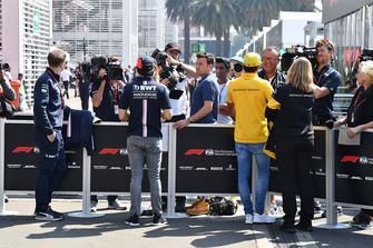 Sergio Perez, Racing Point Force India en Carlos Sainz Jr., Renault Sport F1 Team met de media